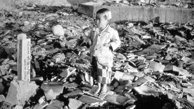 Un petit garçon dans les ruines de Nagasaki après l'explosion de la bombe atomique le 9 août 1945.