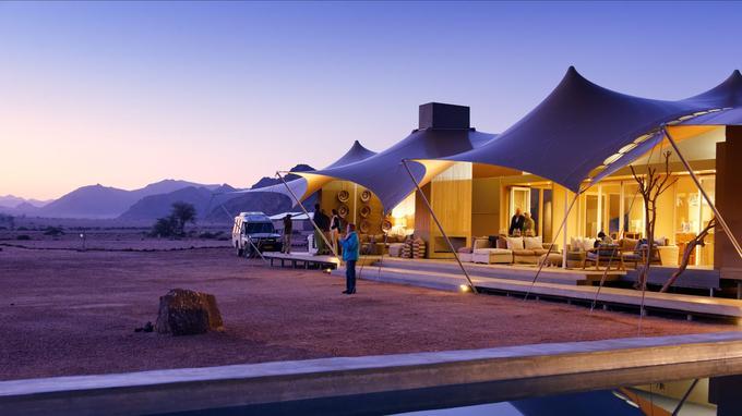 Avant le premier safari de la journée, les hôtes du Hoanib Skeleton Coast Camp profitent du spectacle. La magie du Namib réside aussi dans ses lumières.