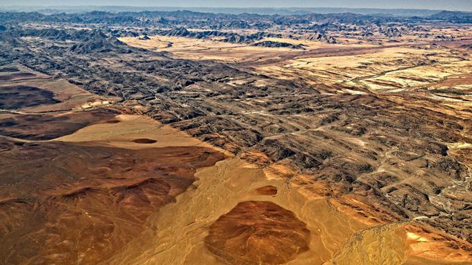 Le désert du Namib s'étire sur 2 000 km le long de la côte atlantique entre l'Angola et l'Afrique du Sud et étend son influence sur 80 à 160 km à l'inérieur des terres.