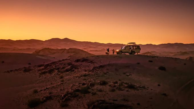 A quelques kilométres du Hoanib Skeleton Coast Camp, les sables du Namib prennent le dessus sur la roche. Un spot idéal pour siroter un verre en admirant le coucher du soleil.