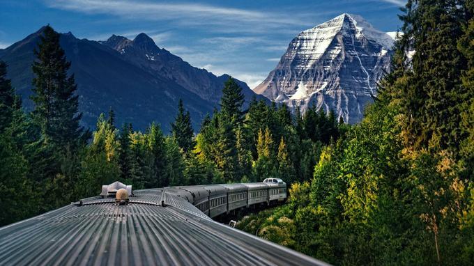 Vue d'une des voitures panoramiques Skyline, le mont Robson (3 954 mètres), surnommé le «Monarque des Rocheuses».