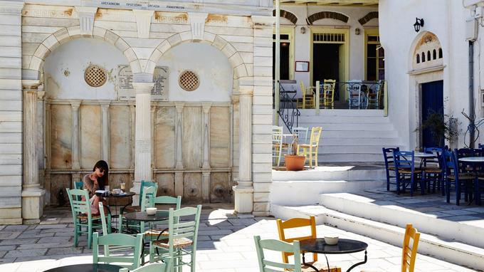 Pyrgos, l'opulent village du marbre de Tinos: sa place offre l'occasion d'une pause bien agréable après la visite de ses musées.