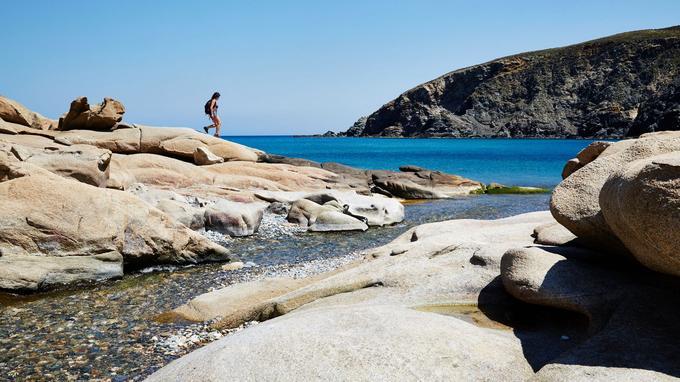 A l'embouchure d'une rivière aux eaux vives, la plage de Livada (Tinos) avec ses galets multicolores et ses rochers arrondis.