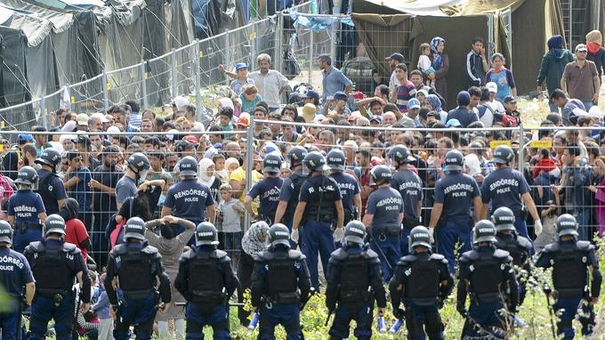 Des policiers encerclant le centre de Roske, où sont réunis près de 1.500 migrants illégaux. 300 d'entre eux se sont échappés vendredi matin.