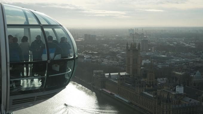 Les londoniens vouent une véritable passion à tout ce qui se passe en hauteur. Ici, une des capsules du London Eye emmène ses passagers à 135 mètres de hauteur pour contempler la ville.