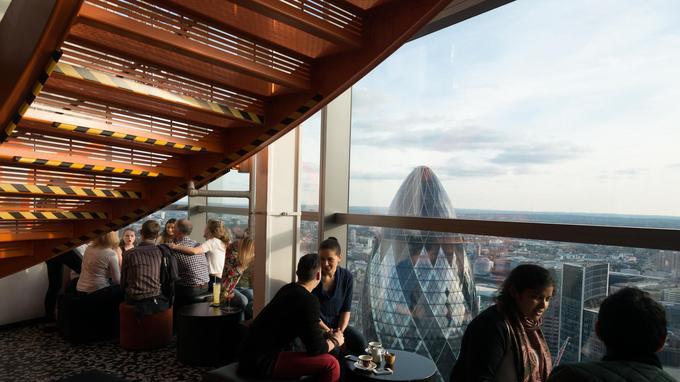 Dans une salle du Sushisamba, on peut voir, en arrière-plan, la silhouette arrondie du Gherkin, la célèbre tour due à Norman Foster, un des monuments qui a lancé le renouveau urbain de Londres.