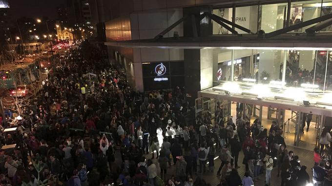 À Santiago, un centre commercial est évacué après le puissant séisme qui a frappé le Chili mercredi.