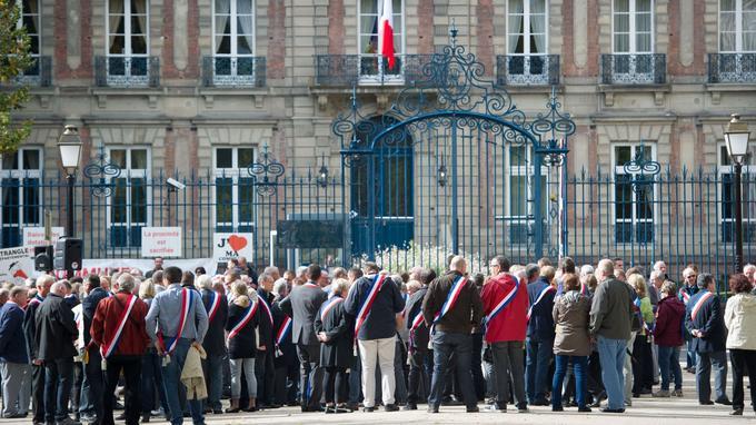Des élus du Haut-Rhin se sont rassemblés devant la préfecture de Colmar.