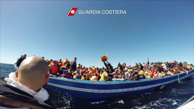 Des gardes côtes italiens portant secours à une barque de migrants en avril 2015.