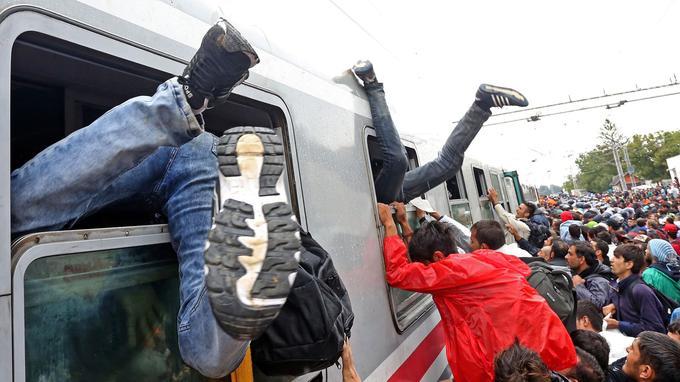 Des migrants se précipitant dans des trains en Croatie, le 20 septembre. Ils espèrent passer en Hongrie, puis de là, en Allemagne.