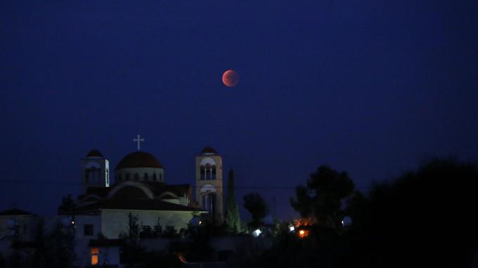 Ici, la photo a été prise face à une église chrétienne orthodoxe dans une banlieue de Nicosie, capitale de Chypre.