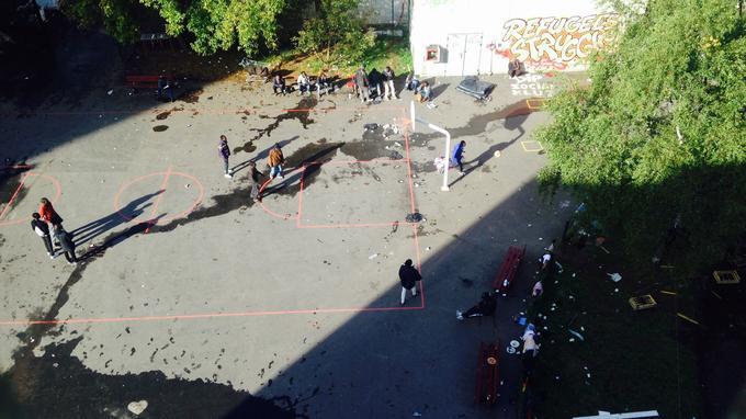 La cour, jonchée de détritus et d'urine, où les migrants jouent au ballon pour tromper l'ennui.