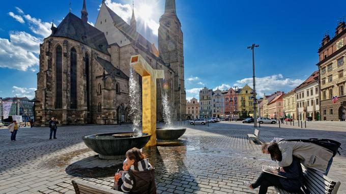 La place de la République, à Pilsen. La cathédrale Saint-Barthélemy possède la plus haute flèche de Bohême.