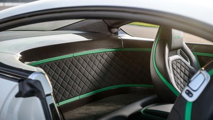 La qualité de finition de la GT3-R est remarquable. La plage arrière en carbone est une pièce de choix.