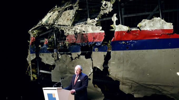 «Le vol MH17s'est crashé suite à la détonation d'une ogive à l'extérieur de l'avion contre le côté gauche du cockpit», a déclaré le directeur du Bureau d'enquête néerlandais pour la sécurité (OVV), Tjibbe Joustra, lors d'une conférence de presse.