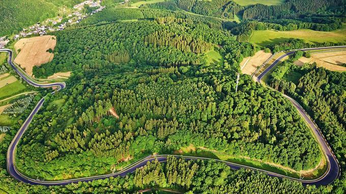 La fameuse Nordschleife, la boucle nord, longue de 20,832 km, est implantée dans le massif de l'Eifel.