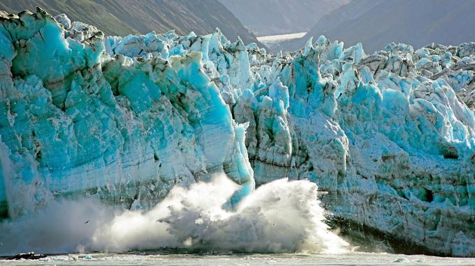 image d'un paysage instable: chutes de glace spectaculaires dans la baie de Yakutat.