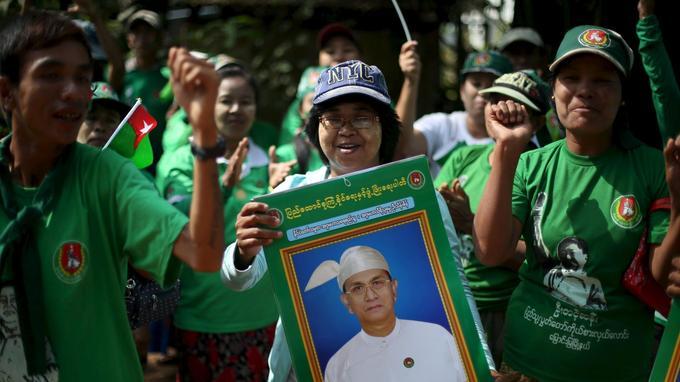 Des partisans du président Thein Sein pendant un meeting.