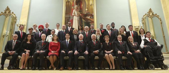 Le premier ministre et son cabinet posent après la cérémonie de prestation de serment, le 5novembre.