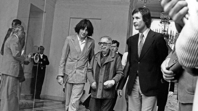 André Glucksmann réunit Jean-Paul Sartre et Raymond Aron sur la question des boat people. Ils sont reçus par le président Giscard d'Estaing à l'Élysée le 26 juin 1979.