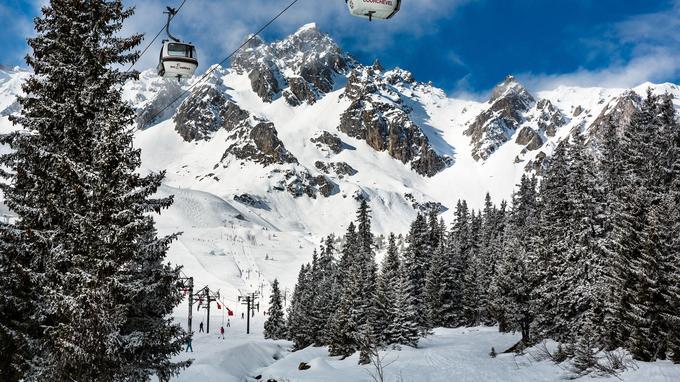 Depuis les télécabines et les téléskis défilent de larges pistes de vitesses et des petits chemins sinueux, sertis dans les sapins. La variété du domaine skiable est la vraie richesse de la station.