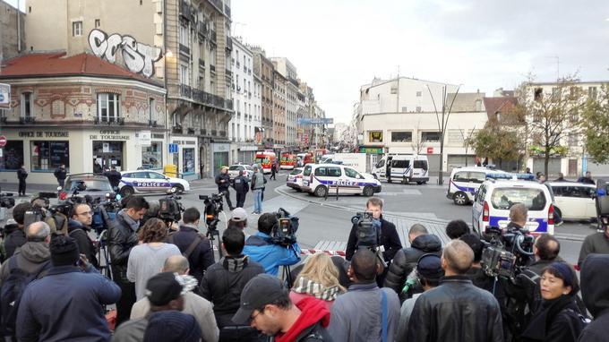 Place Victor-Hugo, de nombreux journalistes patientent devant les forces de l'ordre qui sécurisent le périmètre.