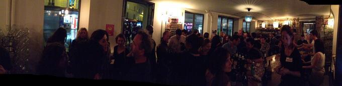 Le bar commence à se remplir dans une ambiance presque détendue