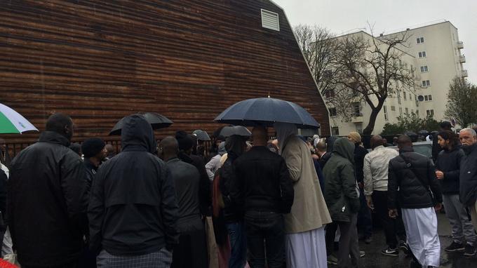Des fidèles rassemblés sous la pluie devant la mosquée de Pantin.