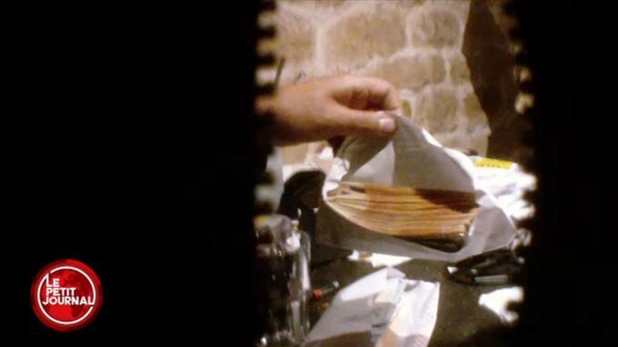 Un proche du patron du restaurant recompte les billets donnés par le <i>Daily Mail</i>, qui a acheté la vidéo 50.000euros en espèces.