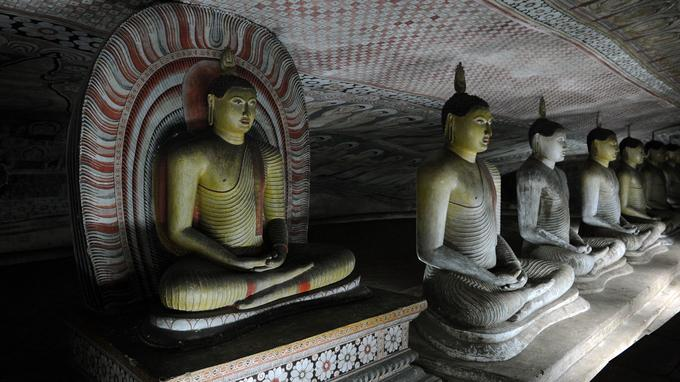 Plafonds peints, fresques et myriades de bouddhas en bois, en plâtre ou en pierre ... Durand près de vingt siècles, les souverains locaux ont tour à tour apporté leur contribution aux grottes de Dambulla (Ici, dans la n°3).