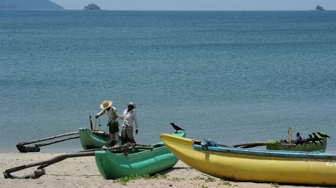 Longtemps isolées, la côte nord-est a préservé intacte ses traditions, comme la pêche sur pirogue à balancier.