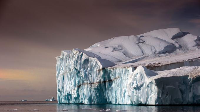 Les icebergs géants dérivants dans la baie de Disko sont de véritables sculptures de glace aux couleurs translucides.