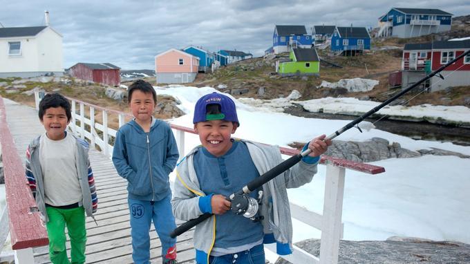 Partout, les Groenlandais accueillent chaleureusement les visiteurs, à l'instar de ces enfants du village d'Itilleq.