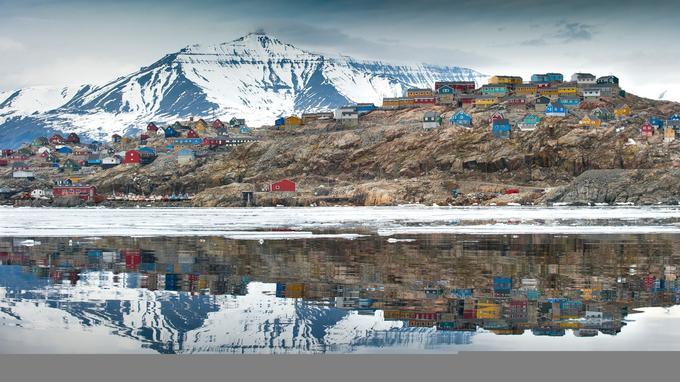 Uummannaq et son piton rocheux. Les maisons bariolées semblent posées comme des lego sur le sol gelé.