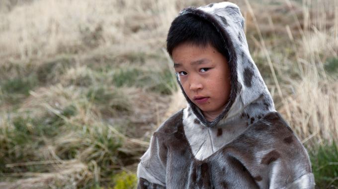 Au village de Qasigiannguit, les enfants portent encore le costume en peau de phoque.
