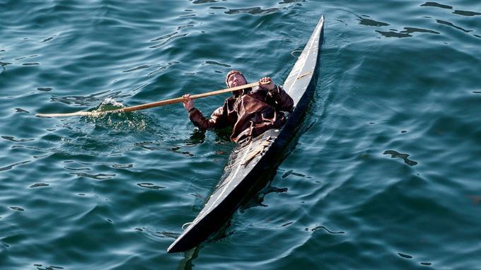 Démonstration d'esquimautage: le kayak et l'homme se retournent sous l'eau glacée avant de revenir à la position de départ.