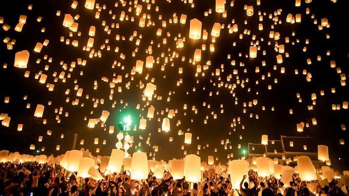 Les lampions s'envolent dans le ciel, en l'honneur de Bouddha.