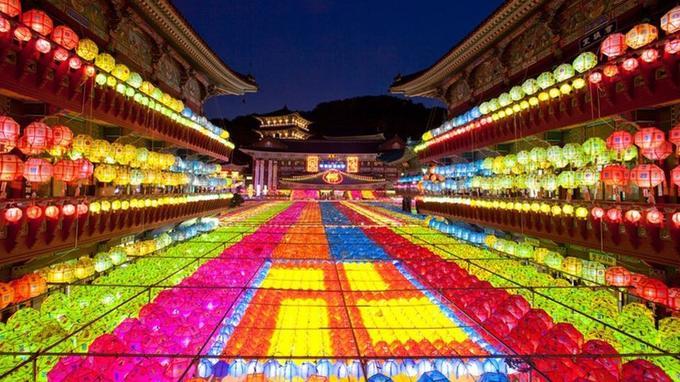 Pour fêter Bouddha, les 1700 temples de la ville de Busan sont recouverts de lanternes colorés.