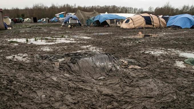 Le terrain est situé en zone inondable et reste très boueux.