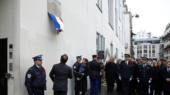 Le président de la République et la maire de Paris Anne Hidalgo, dévoilent une première plaque commémorative, sur les lieux de la rédaction de <i>Charlie Hebdo.</i>