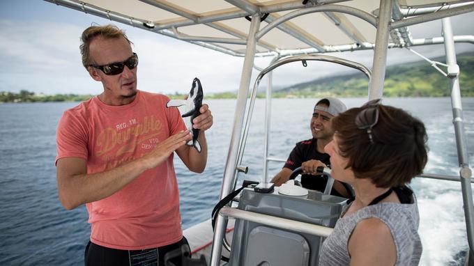 Avant d'aller admirer les mégaptères, un briefing s'impose. Ici, avec Lionel Hertrich, propriétaire du club de plongée Tahiti Iti Diving sur la presqu'île tahitienne.