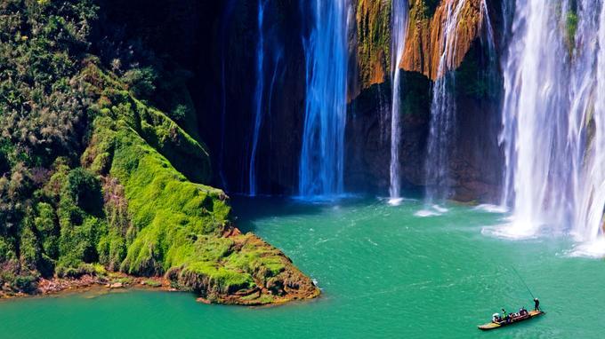Située près de Luoping, les Neufs Dragons sont des cascades qui se succèdent sur la rivière Jiulong. La chute d'eau la plus élevée (ici) a pour nom Dragon divin. Elle mesure 56 mètres de haut.