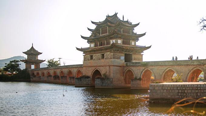 Le pont du Double-Dragon, avec ses 17 arches, près de Jianshui, est célèbre dans toute la Chine: constuit au XVIIe siècle, c'est un des plus anciens du pays.