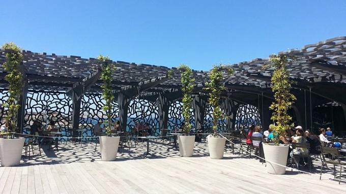 Terrasse sur le toit du Mucem. Le musée veut être à la fois un lieu culturel et un lieu de vie. <i>(Office du tourisme)</i>