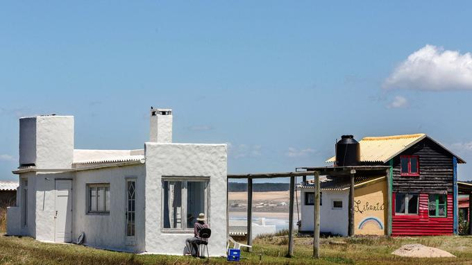 Longtemps on ne pouvait accéder aux maisons colorées du petit village de pêcheurs de Cabo Polonio qu'à pied ou à cheval. Aujourd'hui, les riches estivants argentins, brésiliens ou uruguayens ont investi dans ce petit paradis de l'extrême est du Parque National de Cabo Polonio.