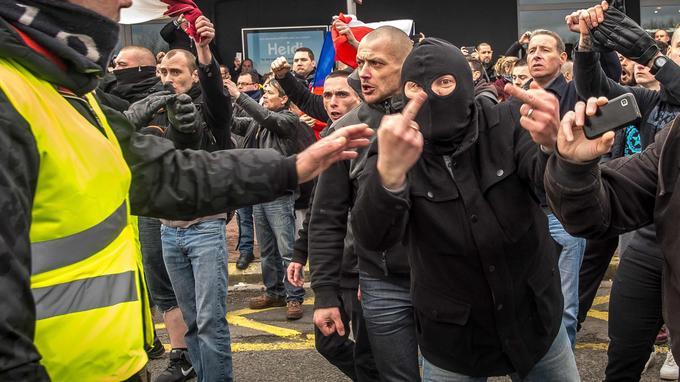 Samedi à Calais lors du rassemblement interdit et qui se revendiquait anti-migrants.