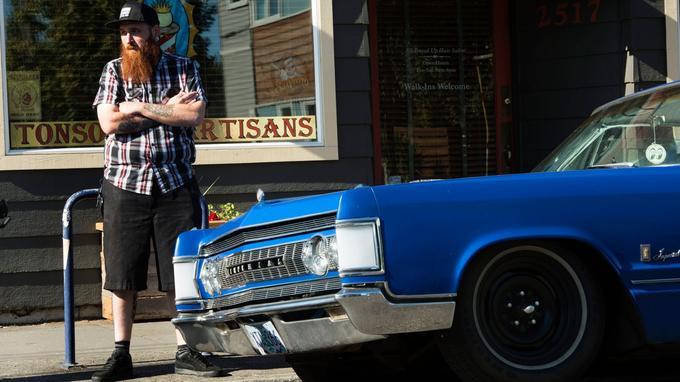 Un hipster du quartier d'Alberta. Barbe longue et tatouages, chemise à carreaux et sneakers aux pieds: un savant dosage entre le bûcheron, le skateur et le bobo de Brooklyn.