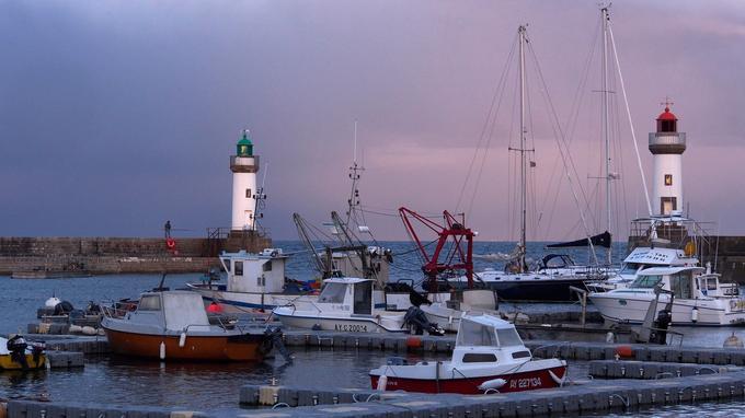 Sous un ciel d'aquarelle, la mélancolie d'une fin journée dans le port du Palais, à Belle-Ile-en-mer.