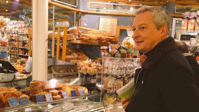 Bruno Le Maire achète un croissance dans une boulangerie de la rue Montorgueil (2e arrondissement).