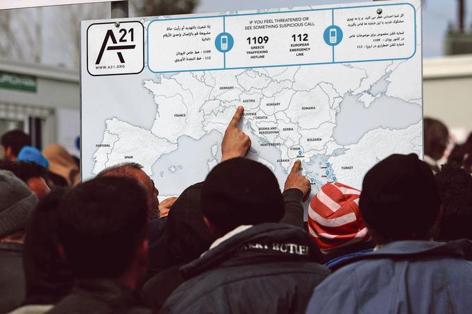 Des migrants et réfugiés consultent une carte, à la frontière gréco-macédonienne.